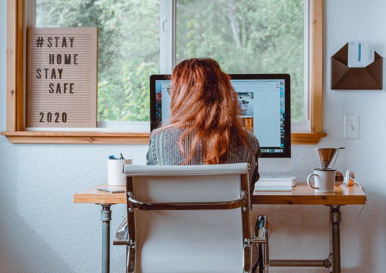 Femme à son bureau